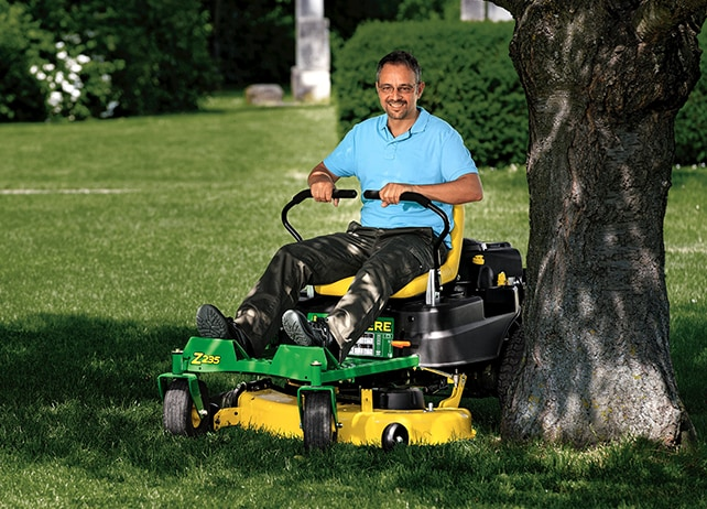 EZtrak Zero-Turn Mowers Outstanding Manoeuvrability