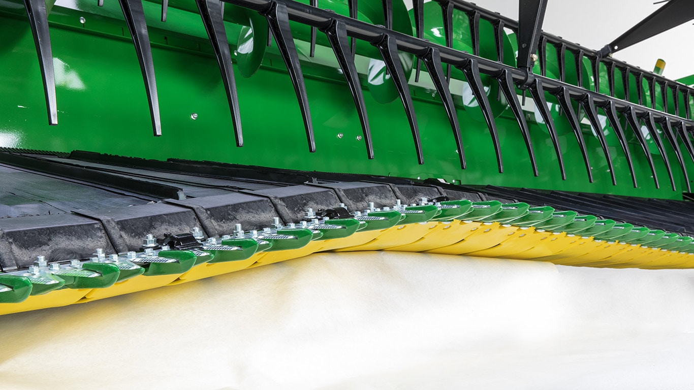 The cutterbar of the HydraFlex header move by up to 190mm