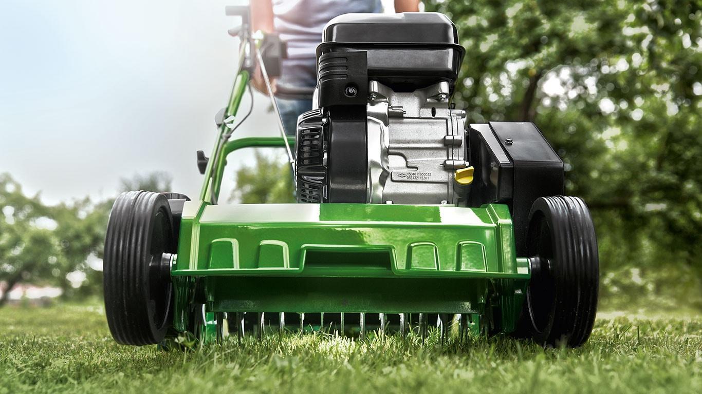 Petrol electric lawn scarifiers john deere uk ie for Prix pour scarifier une pelouse