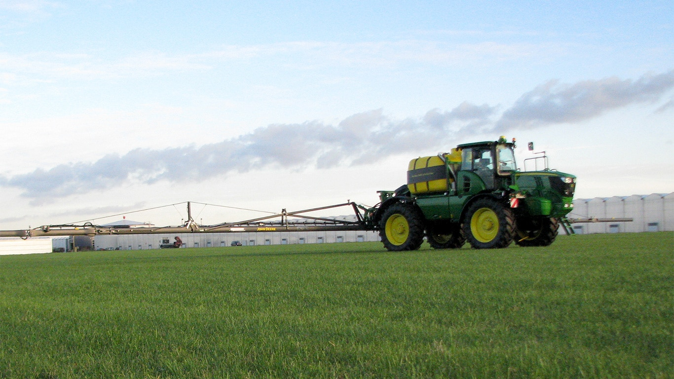 The new R4050i self-propelled sprayer on test at the John Deere Horst sprayer factory in The Netherlands.