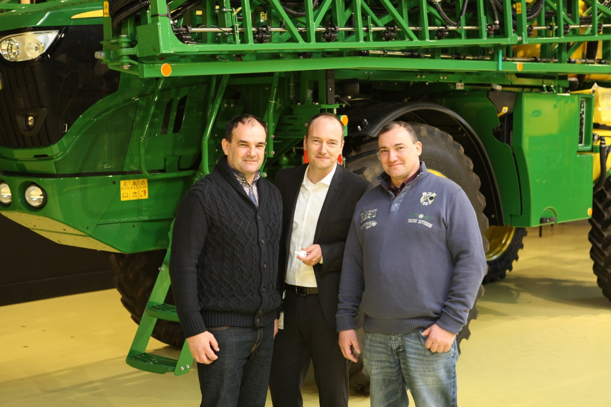 The Gold Key for the 1000th self-propelled sprayer was handed over by Horst factory manager Matthias Steiner to Czech customers Miloslav and Zdenek Lukas.