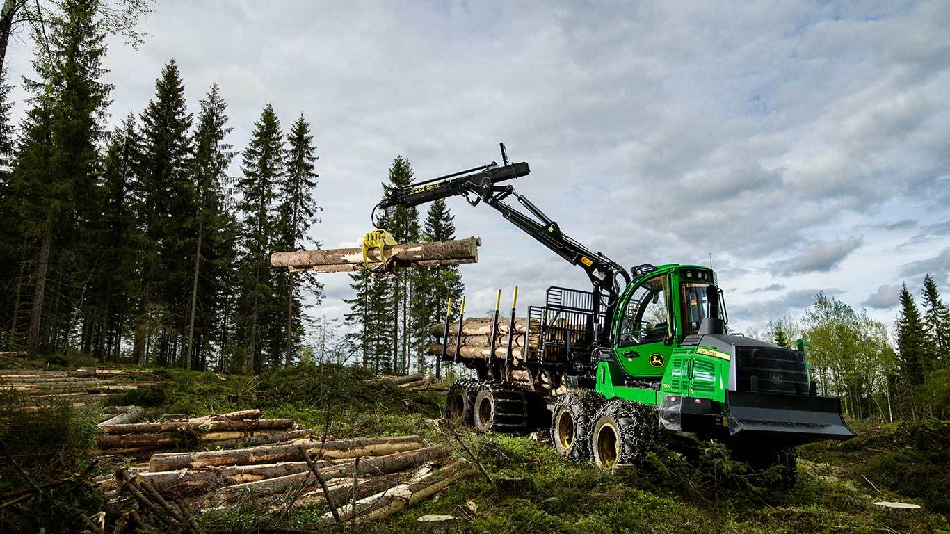 John Deere 1510G with logs in the grapple