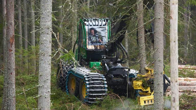 1470G harvester felling a tree